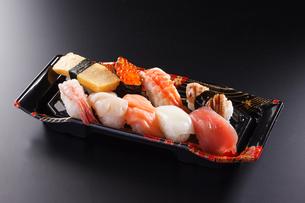 にぎり寿司のパックの写真素材 [FYI04501982]