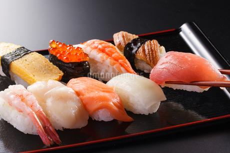 握り寿司の盛合わせの写真素材 [FYI04501986]
