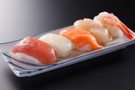 握り寿司5貫の写真素材 [FYI04501987]