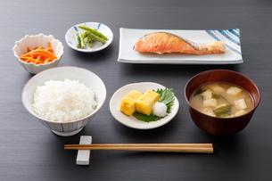 焼き鮭のご飯の写真素材 [FYI04501993]