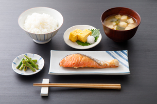 焼き鮭の定食の写真素材 [FYI04501994]
