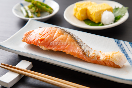 焼き鮭の写真素材 [FYI04502003]