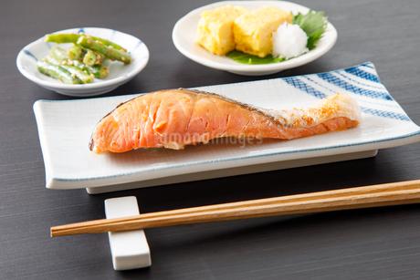 焼き鮭の写真素材 [FYI04502004]