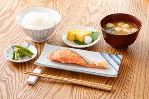 焼き鮭の定食の写真素材 [FYI04502005]