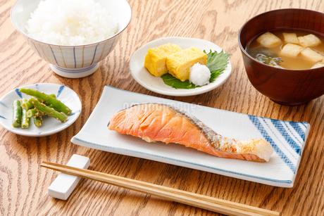 焼き鮭の定食の写真素材 [FYI04502006]