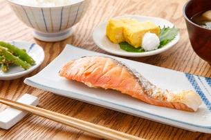 焼き鮭の定食の写真素材 [FYI04502007]