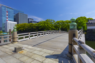 皇居の平川橋と大手町の高層ビル街の写真素材 [FYI04502056]