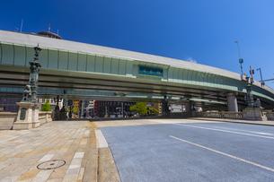 高速道路の下を渡る日本橋の写真素材 [FYI04502080]