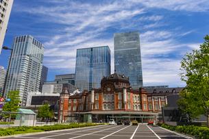 東京駅の赤レンガ駅舎と八重洲の高層ビル街の写真素材 [FYI04502119]