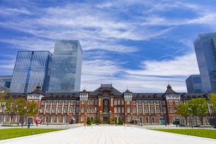 東京駅の赤レンガ駅舎と八重洲の高層ビル街の写真素材 [FYI04502120]
