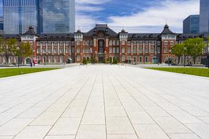 東京駅の赤レンガ駅舎と八重洲の高層ビル街の写真素材 [FYI04502121]