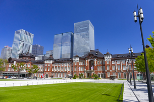 東京駅の赤レンガ駅舎と八重洲の高層ビル街の写真素材 [FYI04502123]