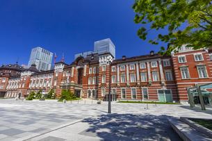 東京駅の赤レンガ駅舎と八重洲の高層ビル街の写真素材 [FYI04502125]