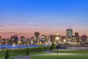 豊洲ぐるり公園と東京ウォーターフロント夕景の写真素材 [FYI04502212]