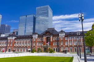東京駅の赤レンガ駅舎と八重洲の高層ビルの写真素材 [FYI04502376]