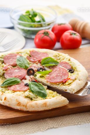 ピザを取り分けるの写真素材 [FYI04502635]