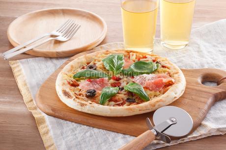 生ハムとバジルのピザの写真素材 [FYI04502636]