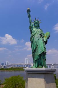 お台場の自由の女神とレインボーブリッジの写真素材 [FYI04502853]