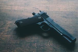 古い自動拳銃の写真素材 [FYI04502918]