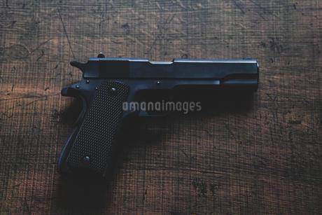 古い自動拳銃の写真素材 [FYI04502921]