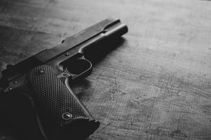 古い自動拳銃の写真素材 [FYI04502968]