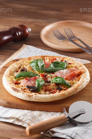 生ハムとバジルのピザの写真素材 [FYI04502974]