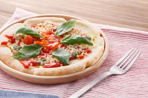 トマトとモッツァレラチーズのピザの写真素材 [FYI04502976]