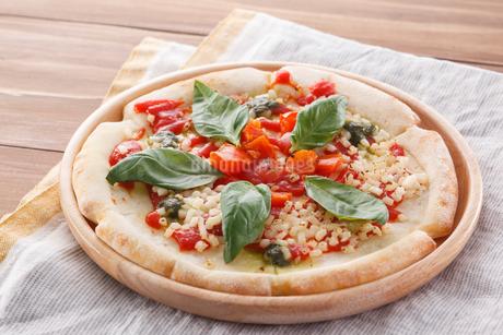 トマトとモッツァレラチーズのピザの写真素材 [FYI04502979]