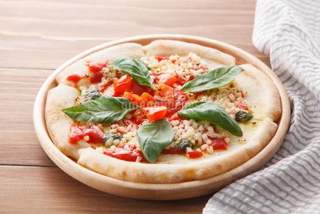 トマトとモッツァレラチーズのピザの写真素材 [FYI04502983]