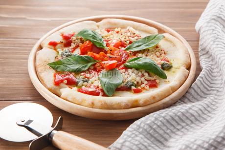 トマトとモッツァレラチーズのピザの写真素材 [FYI04502985]