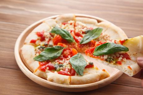 トマトとモッツァレラチーズのピザの写真素材 [FYI04502986]