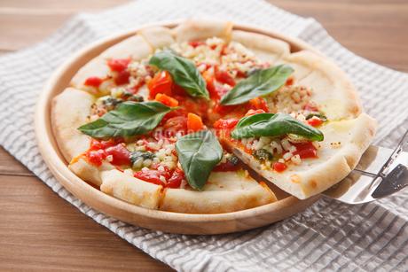 トマトとモッツァレラチーズのピザの写真素材 [FYI04502987]