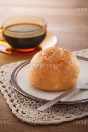 シュークリームとコーヒーの写真素材 [FYI04502990]