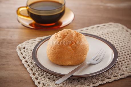 シュークリームとコーヒーの写真素材 [FYI04502992]