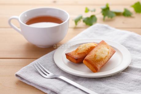 フィナンシェと紅茶の写真素材 [FYI04502993]