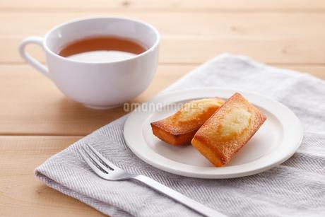 フィナンシェと紅茶の写真素材 [FYI04502994]