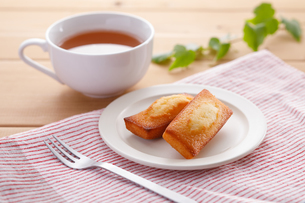 フィナンシェと紅茶の写真素材 [FYI04502995]