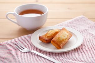 フィナンシェと紅茶の写真素材 [FYI04502996]