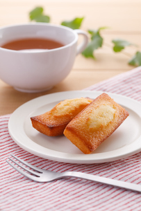 フィナンシェと紅茶の写真素材 [FYI04502998]