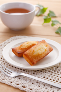 フィナンシェと紅茶の写真素材 [FYI04502999]