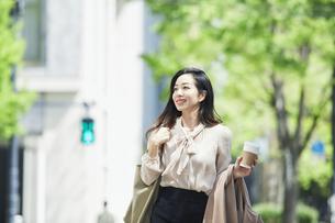 歩く女性の写真素材 [FYI04503188]