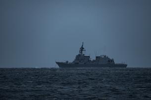 暗い海の上に錨泊する海上自衛隊の護衛艦の写真素材 [FYI04503256]