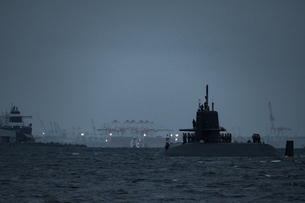 夜の海を航行する海上自衛隊の潜水艦の写真素材 [FYI04503257]
