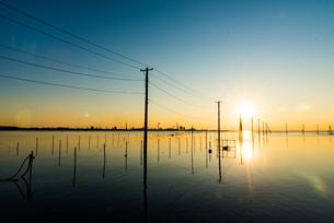 夕方の久津間海岸 海中電柱の写真素材 [FYI04503273]