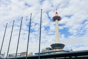 京都駅前から京都タワーの写真素材 [FYI04503679]
