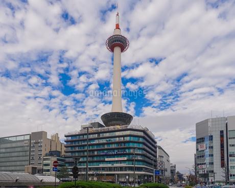 京都駅前から京都タワーの写真素材 [FYI04503682]
