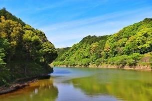 佐賀県武雄市。池ノ内湖。農林水産省の池100選に選定された。の写真素材 [FYI04503971]