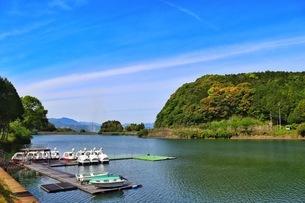 佐賀県武雄市。池ノ内湖。農林水産省の池100選に選定された。の写真素材 [FYI04503979]