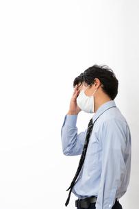 風邪の症状があるビジネスマンの写真素材 [FYI04504260]