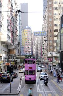 香港・ワンチャイ(湾仔)の街を行く路面電車トラム。トラムは英国植民地時代から走り続ける香港庶民の足の写真素材 [FYI04505175]